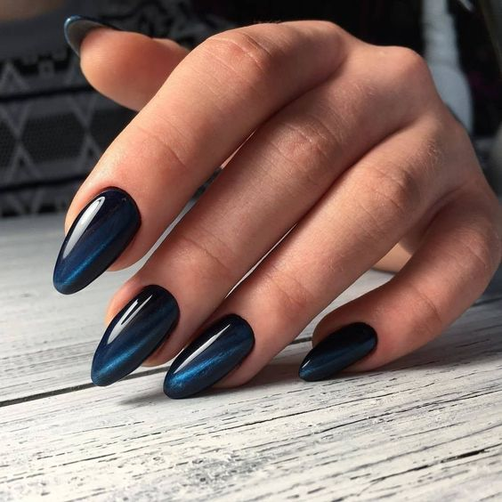 Niebieskie paznokcie z kocim okiem