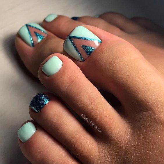 Miętowe paznokcie u stóp