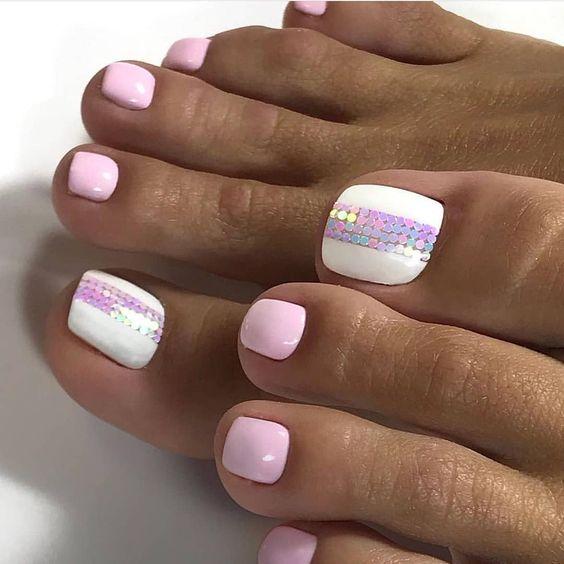 Pastelowe różowe paznokcie u stóp