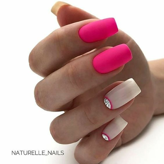 Różowe matowe paznokcie