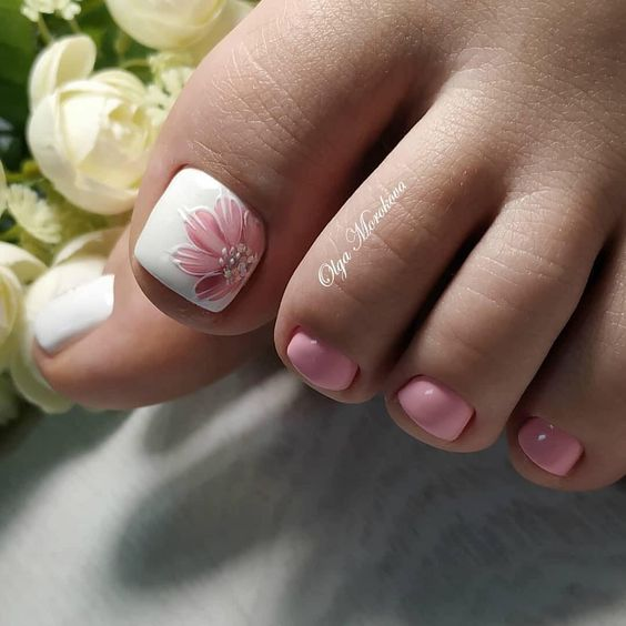 Różowe paznokcie u stóp