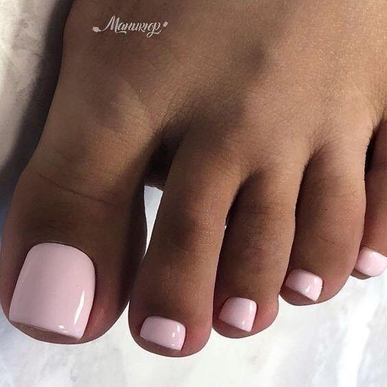 Jasnoróżowe paznokcie u stóp