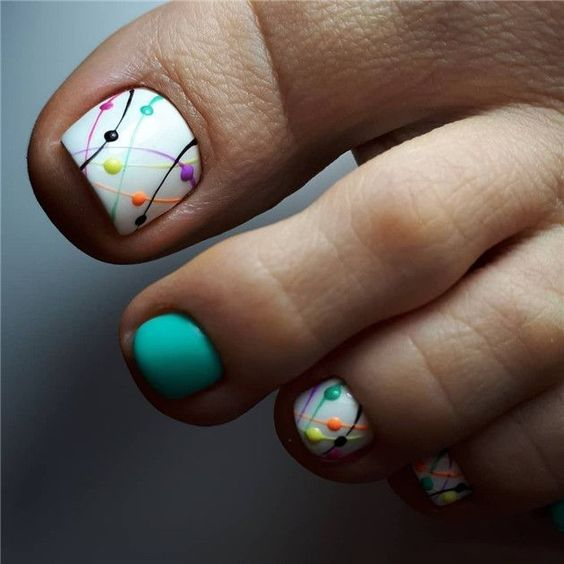Kolorowe paznokcie u stóp na lato