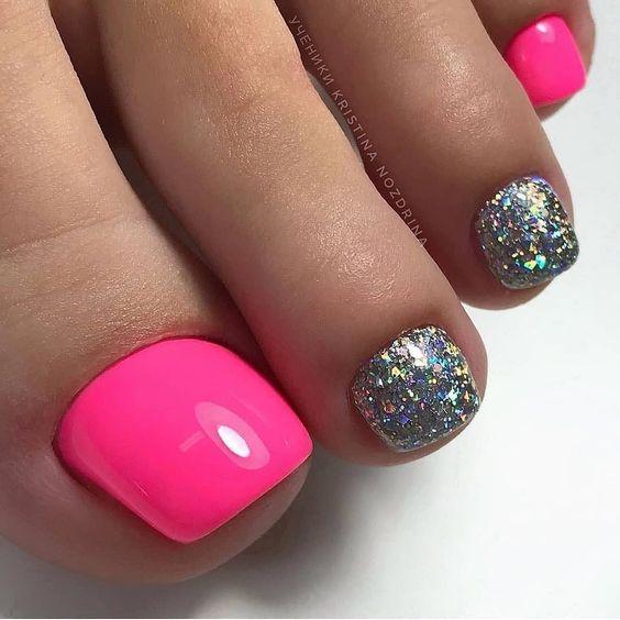 Różowe paznokcie u stóp z brokatem