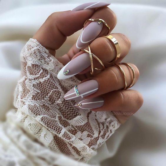 Beżowe paznokcie z wzorkami na jesień
