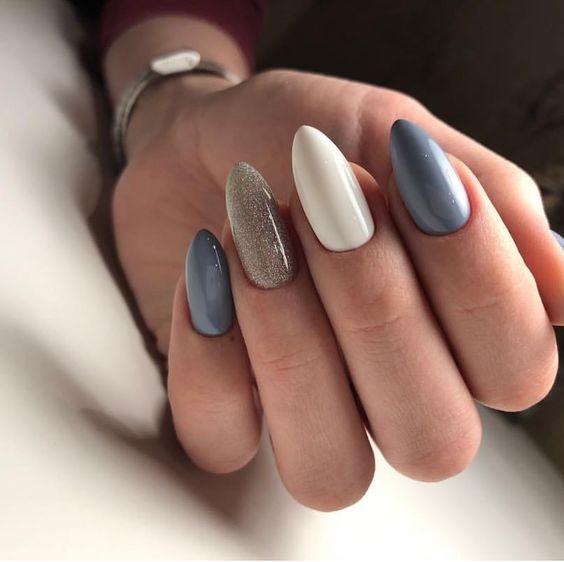 Biało szare paznokcie z pyłkiem