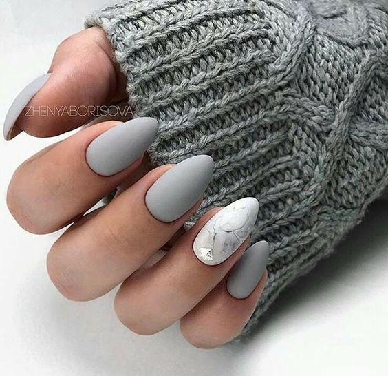Biało szare paznokcie
