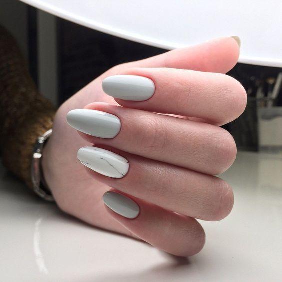 Biało szary manicure