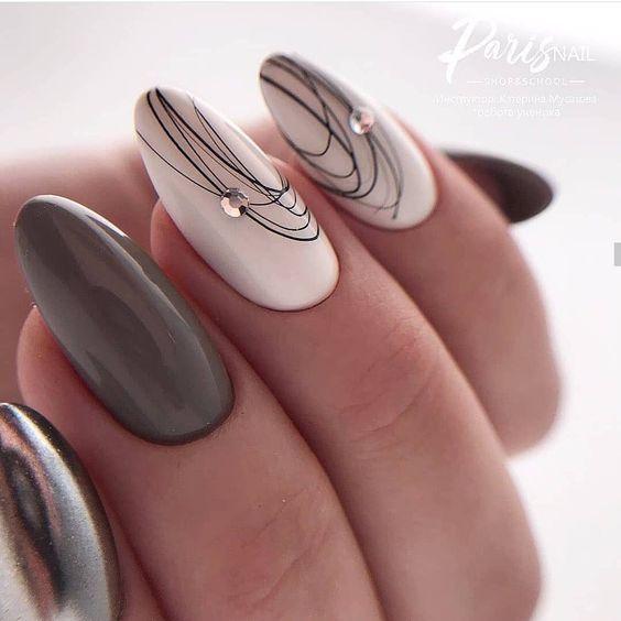 Ciemnoszare paznokcie z wzorkiem