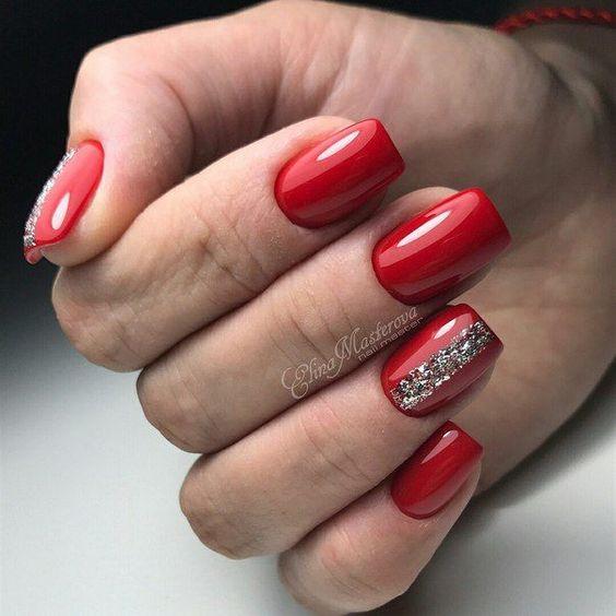 Czerwone paznokcie z cyrkoniami