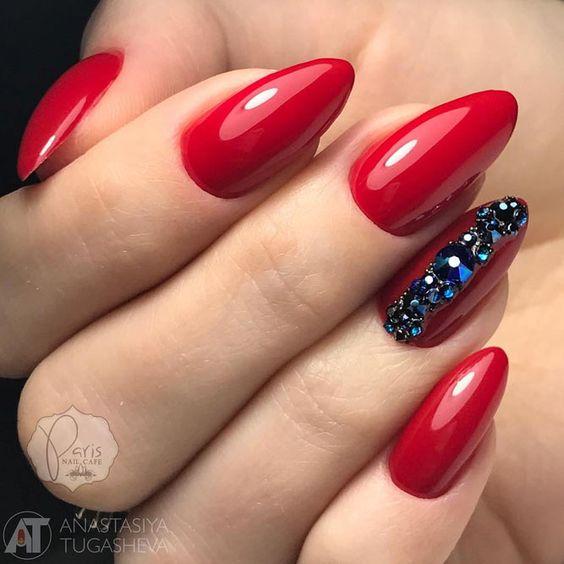 Czerwone paznokcie z kryształkami