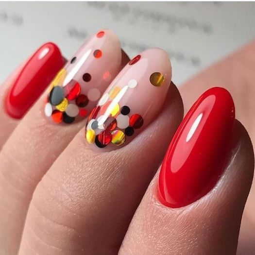 Czerwone paznokcie z ozdobami