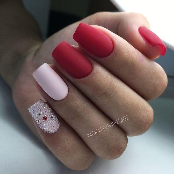 Czerwony manicure z brokatem
