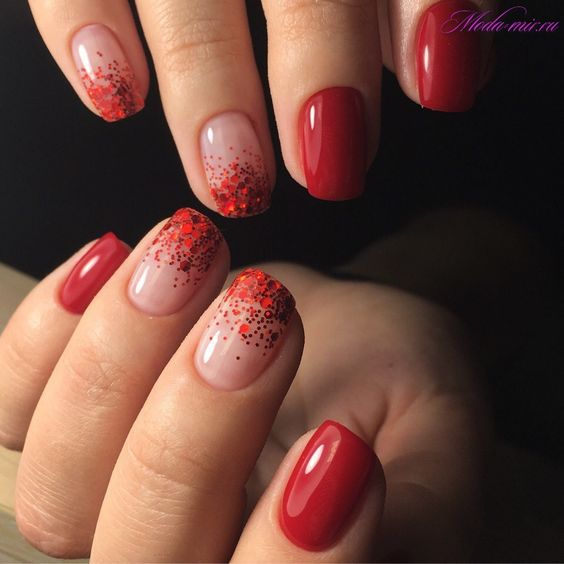 Czerwony manicure ze zdobieniami