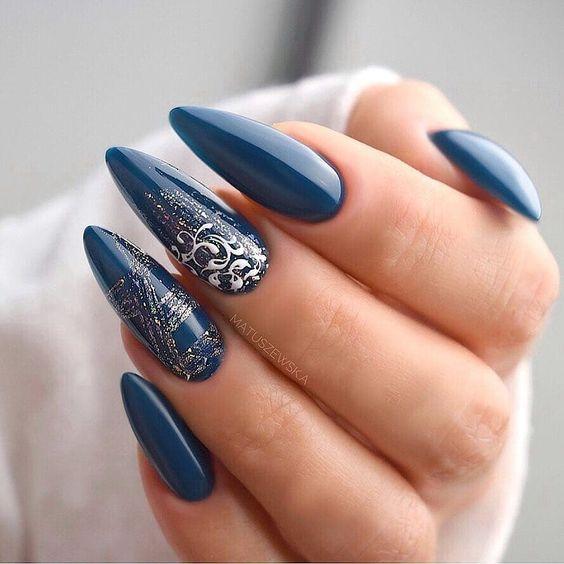 Niebieskie paznokcie na zimę