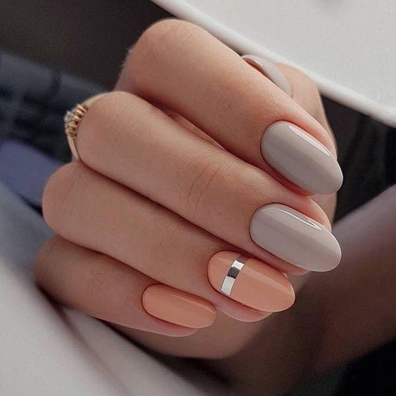 Szaro brzoskwiniowe paznokcie
