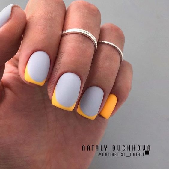 Szaro żółty manicure