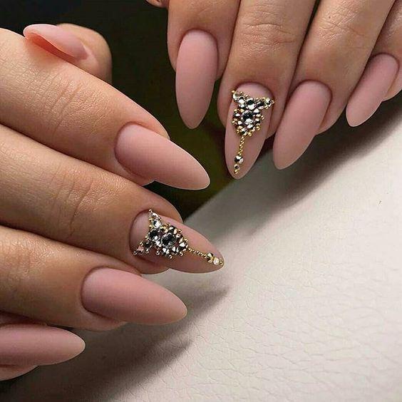 Beżowe paznokcie z cyrkoniami