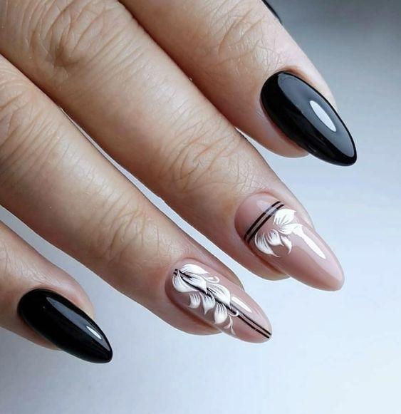 Beżowo czarne paznokcie migdałki