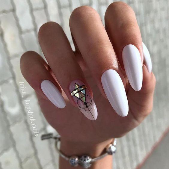 Białe paznokcie z geometrycznymi wzorkami