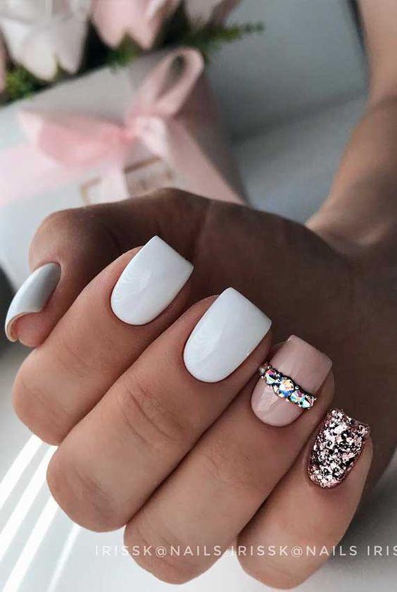 Białe paznokcie z różowym brokatem