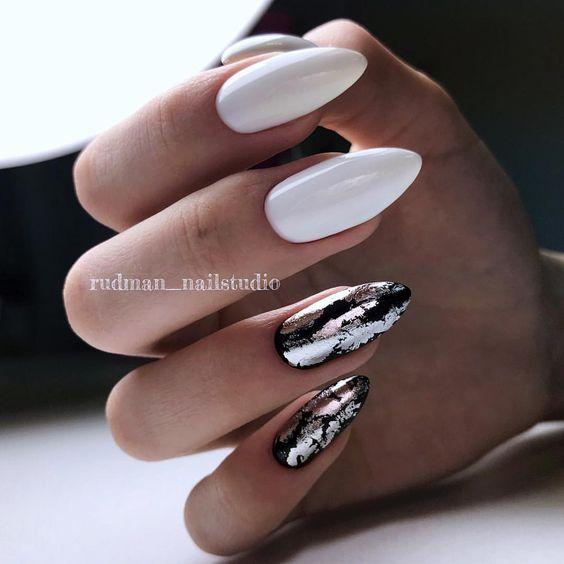 Białe paznokcie ze srebrną folią transferową