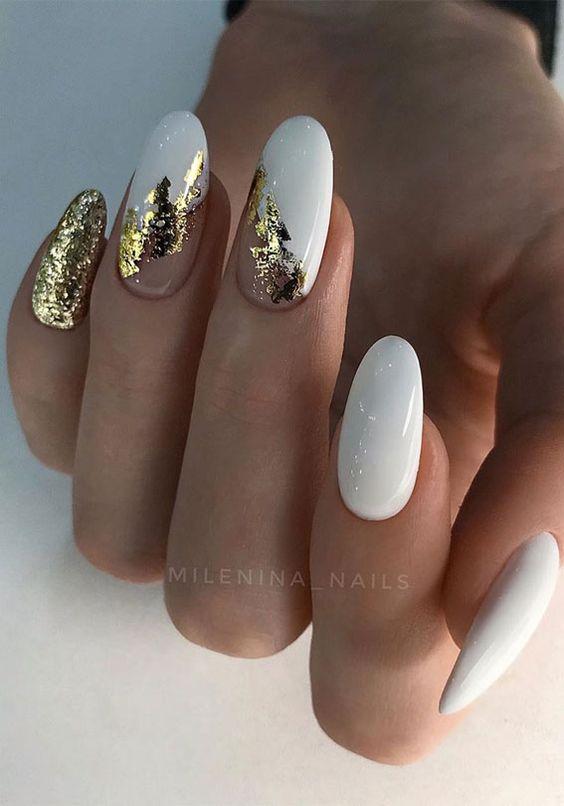 Białe paznokcie ze złotą folią transferową
