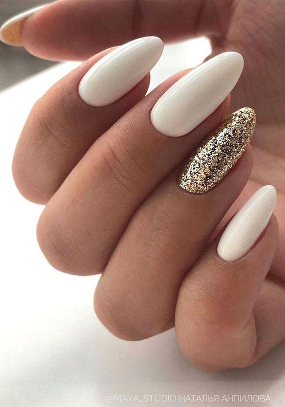 Białe paznokcie ze złotym brokatem