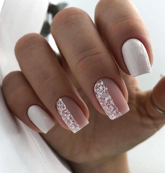 Biało beżowe paznokcie z wzorkami