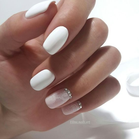 Biało beżowe paznokcie