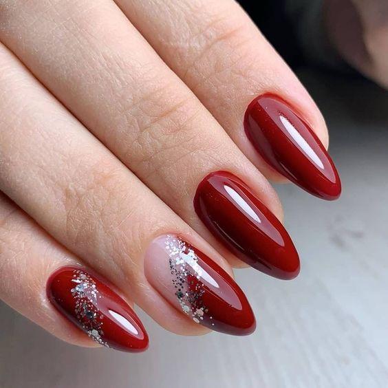 Bordowe paznokcie migdałki