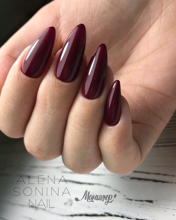 Bordowy manicure w kształcie migdałków