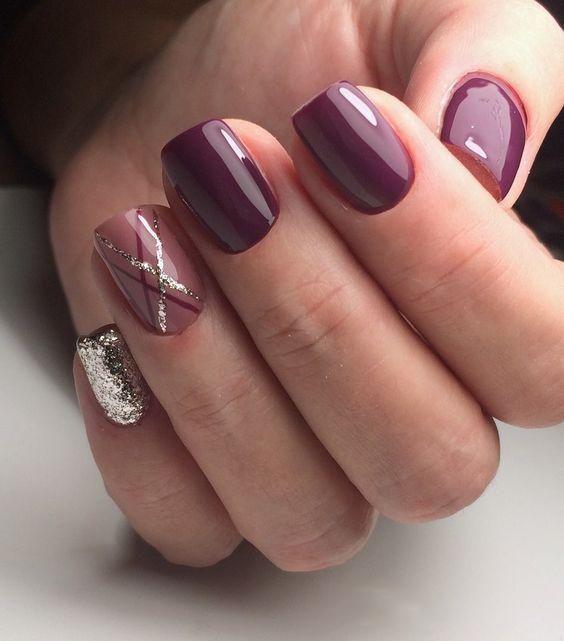 Ciemnofioletowe paznokcie ze złotym brokatem