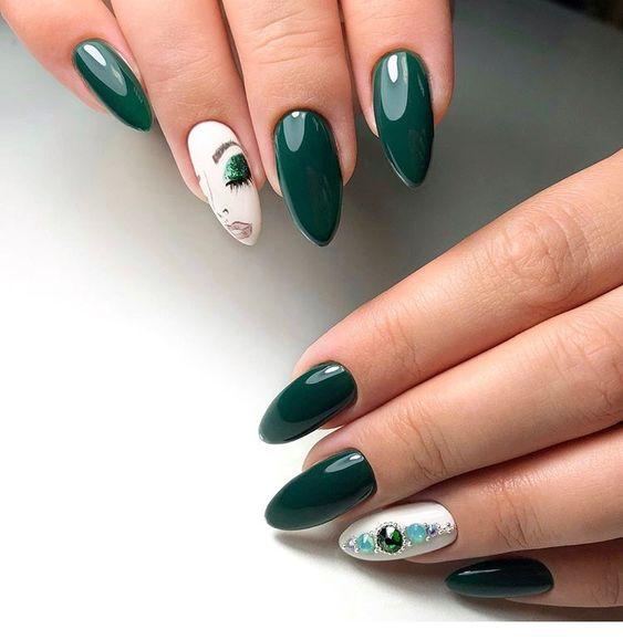 Ciemnozielone paznokcie migdałki