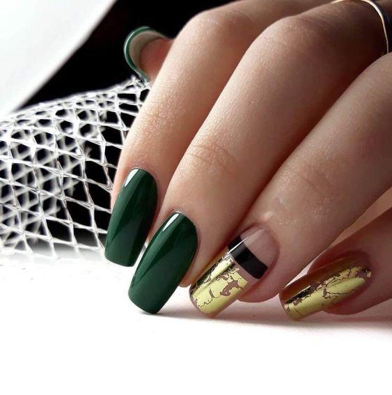 Ciemnozielone paznokcie ze złotem