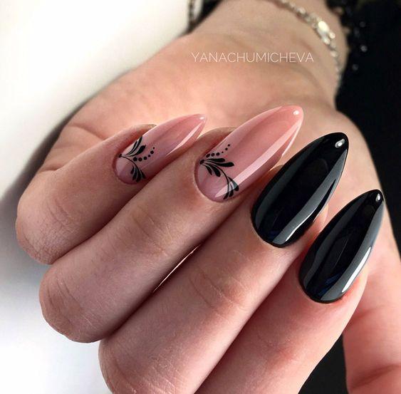 Czarne paznokcie w kształcie migdałków