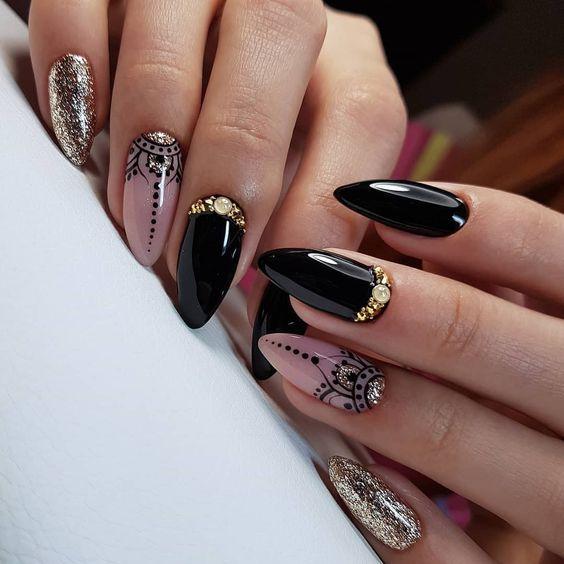 Czarne paznokcie ze złotymi zdobieniami