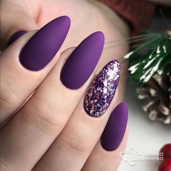 Fioletowe paznokcie w kształcie migdałków