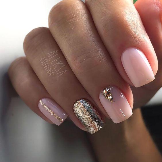 Jasnoróżowe paznokcie z brokatem