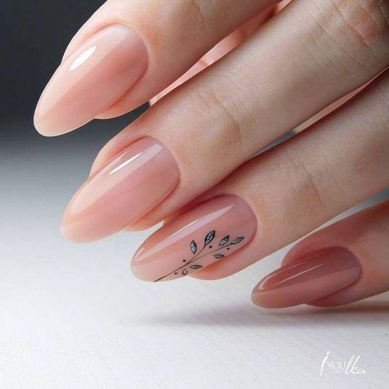 Naturalne paznokcie w kształcie migdałków