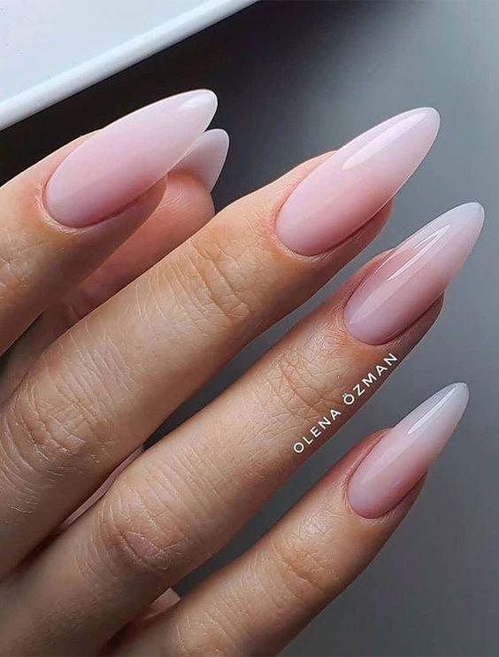 Naturalny manicure w kształcie migdałków