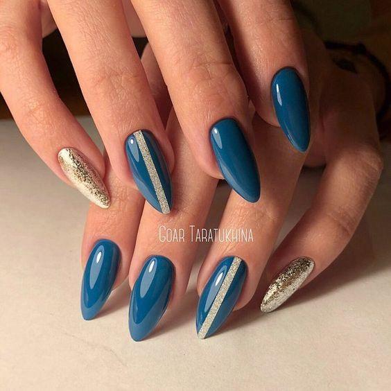 Niebiesko złote paznokcie migdałki