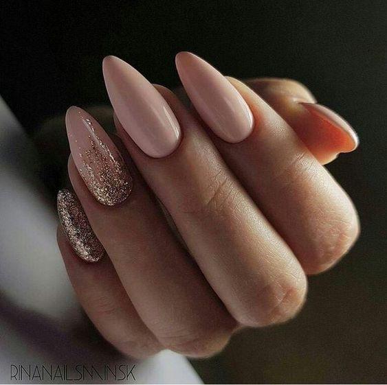 Różowo złote paznokcie