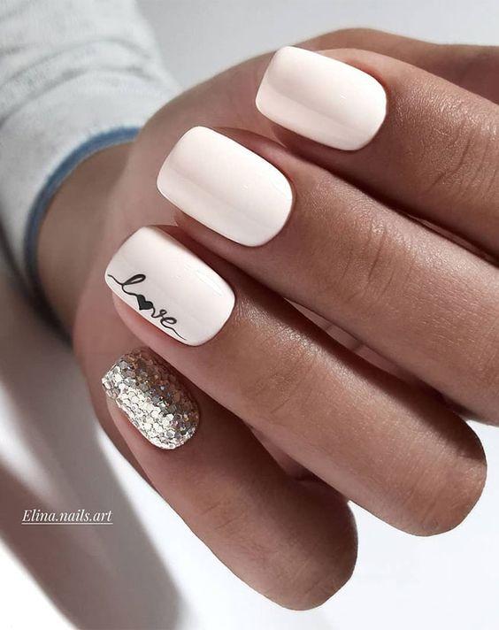 Białe paznokcie z napisem