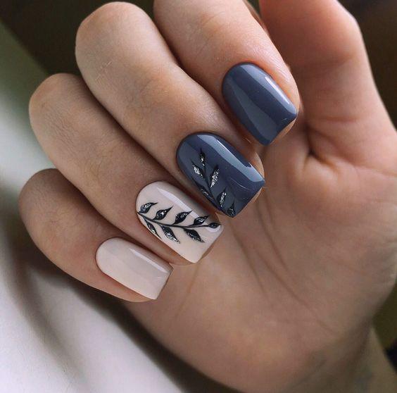 Ciemnoniebieskie paznokcie z wzorkiem
