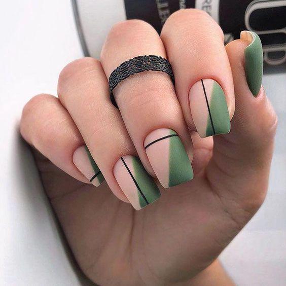 Ciemnozielone paznokcie z wzorkiem