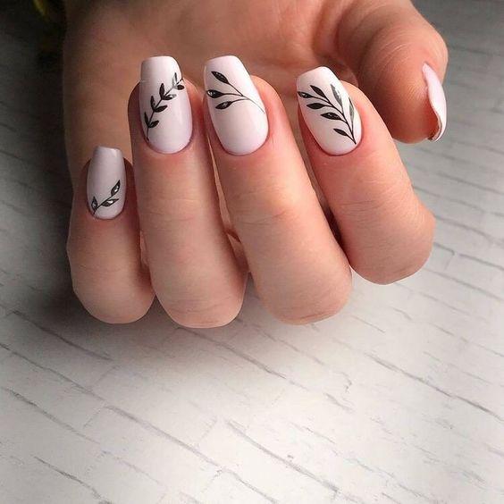Jasnoróżowe paznokcie z wzorkiem