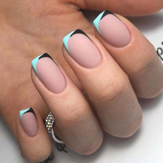 Kolorowy french na krótkich paznokciach