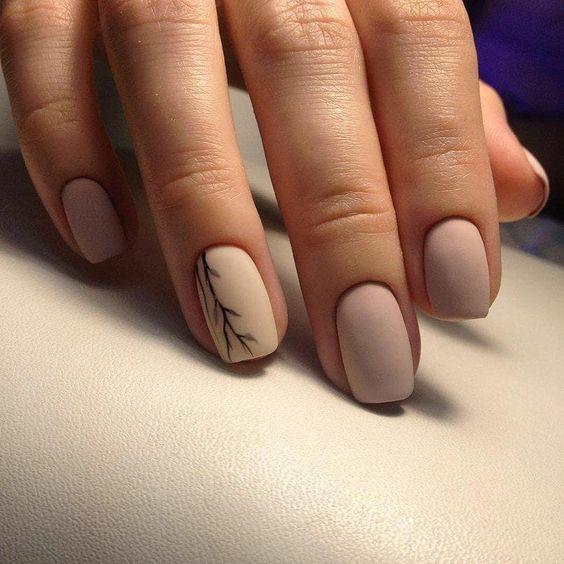 Krótkie beżowe paznokcie z wzorkiem