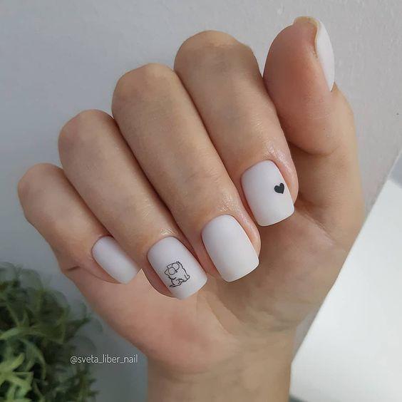 Krótkie mleczne paznokcie